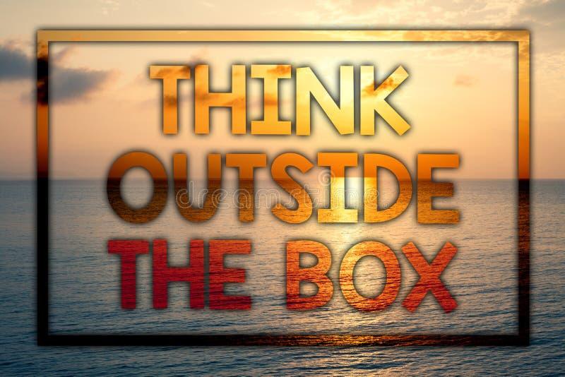 A exibição da nota da escrita pensa fora da caixa O pensamento apresentando da foto do negócio da solução nova e criativa conduz  ilustração stock