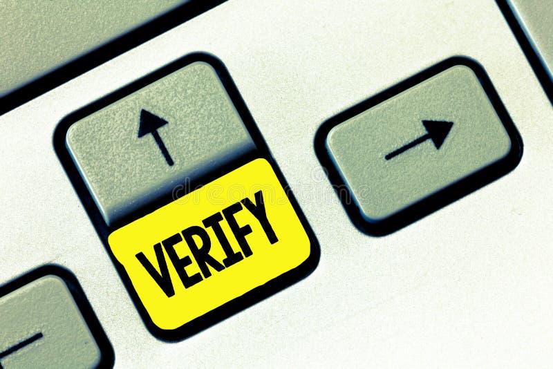 A exibição da nota da escrita verifica Apresentar da foto do negócio certifica-se ou demonstra-se de que algo é verdadeiro accura foto de stock
