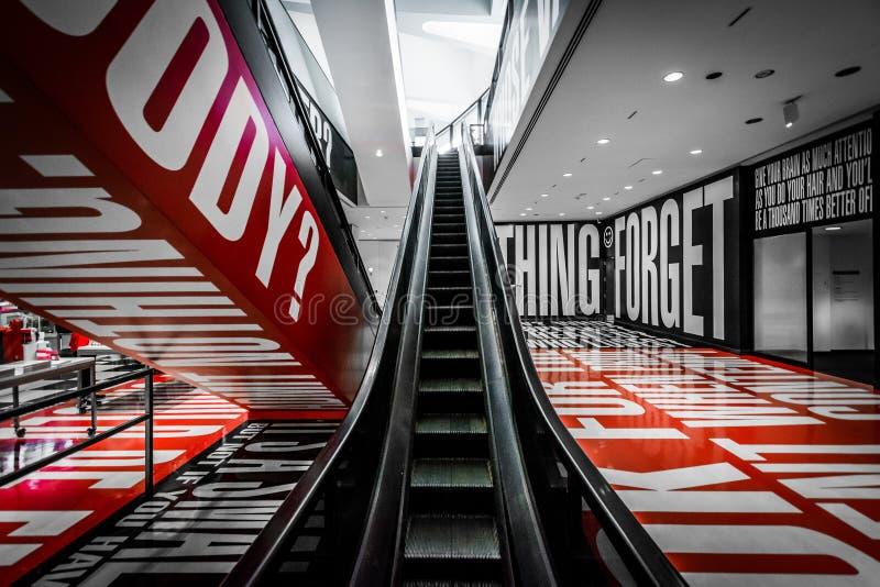 A exibição da opinião + da dúvida no museu de Hirshhorn, em Washingto imagem de stock royalty free