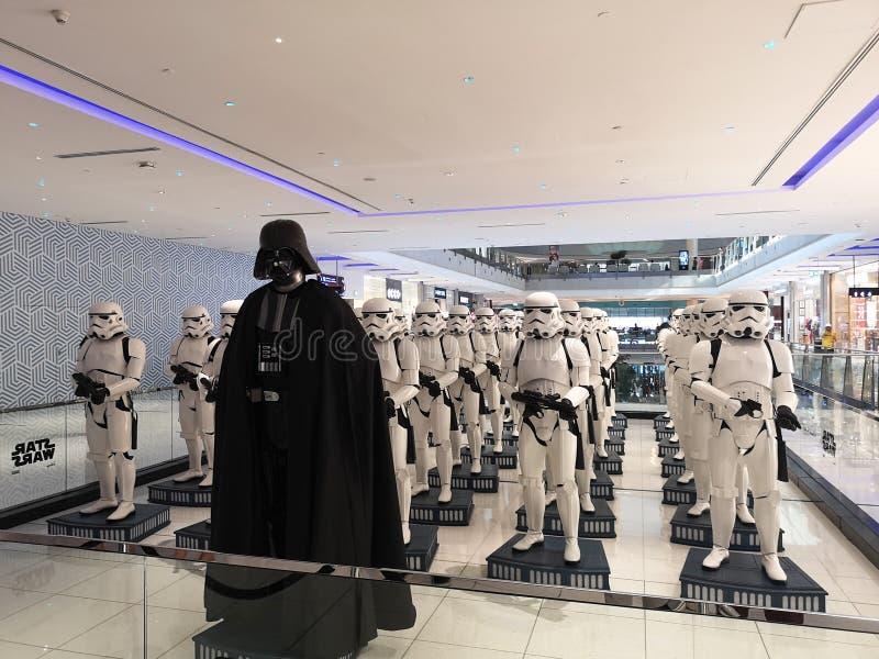 Exibição de personagem de Darth Vader do filme Guerra nas Estrelas com um exército de figuras de Stormtroopers atrás foto de stock