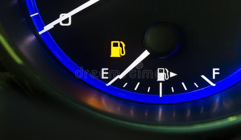 Exibição do calibre de combustível do painel do carro auto fora do depósito de gasolina vazio do gás fotografia de stock