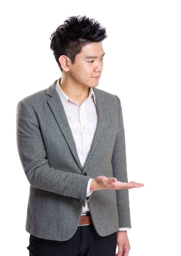 Exibição do homem de negócios de Ásia fotos de stock royalty free