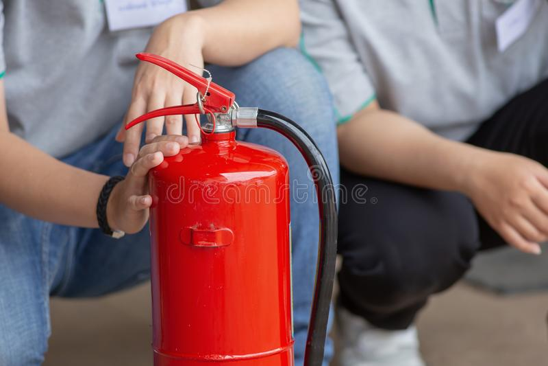 Exibição do instrutor como usar um extintor em um treinamento imagens de stock royalty free