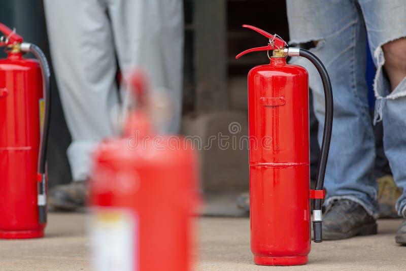 Exibição do instrutor como usar um extintor em um treinamento foto de stock