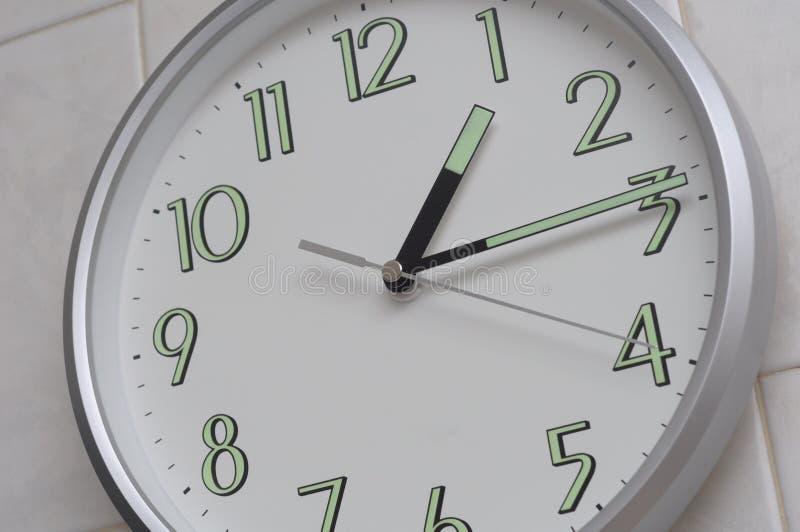 A exibição do pulso de disparo one-fifteen o tempo fotografia de stock royalty free