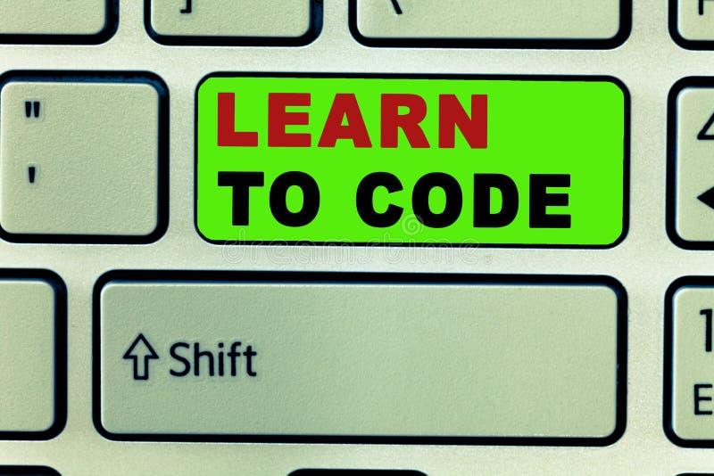 A exibição do sinal do texto aprende codificar A foto conceptual aprende escrever o software seja um programador de computador Co fotografia de stock royalty free