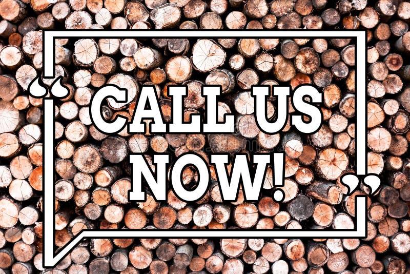 A exibição do sinal do texto chama-nos agora A foto conceptual comunica-se pelo telefone para contactar o fundo de madeira do aux ilustração do vetor