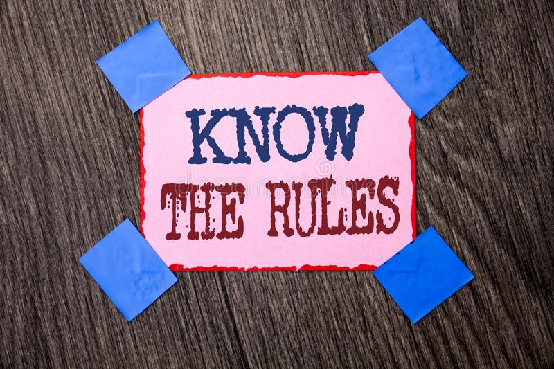 A exibição do sinal do texto conhece as regras A foto conceptual esteja ciente dos procedimentos dos protocolos dos regulamentos  fotografia de stock