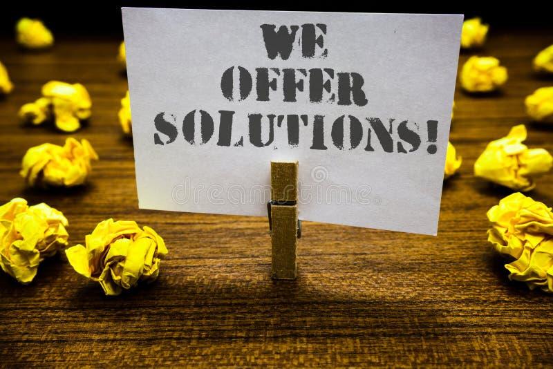 Exibição do sinal do texto nós oferecemos soluções Whi de oferecimento do aperto do clipe das ideias das estratégias do conselho  fotos de stock