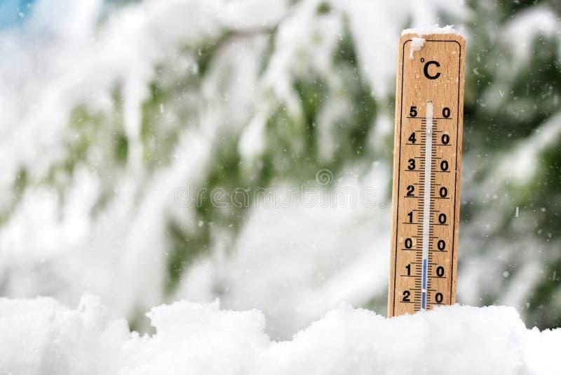 Exibição do termômetro que congela a temperatura fria na neve imagem de stock royalty free