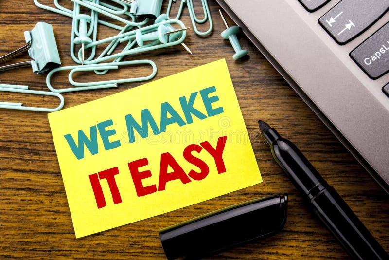 Exibição do texto do anúncio da escrita nós fazemo-la fácil Conceito do negócio para a solução da qualidade da ajuda escrita no p imagem de stock royalty free