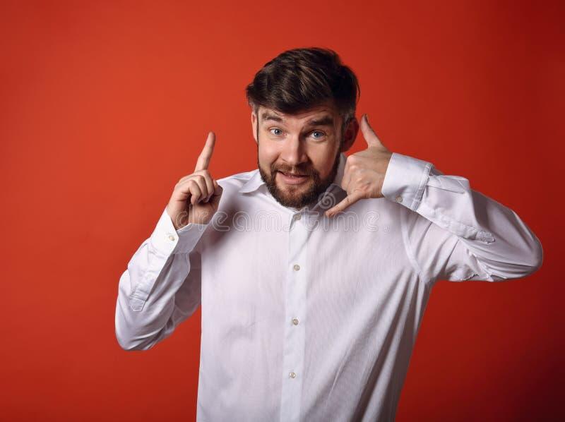 A exibição entusiasmado de sorriso do homem de negócio da barba chama-me gesto e p imagens de stock royalty free
