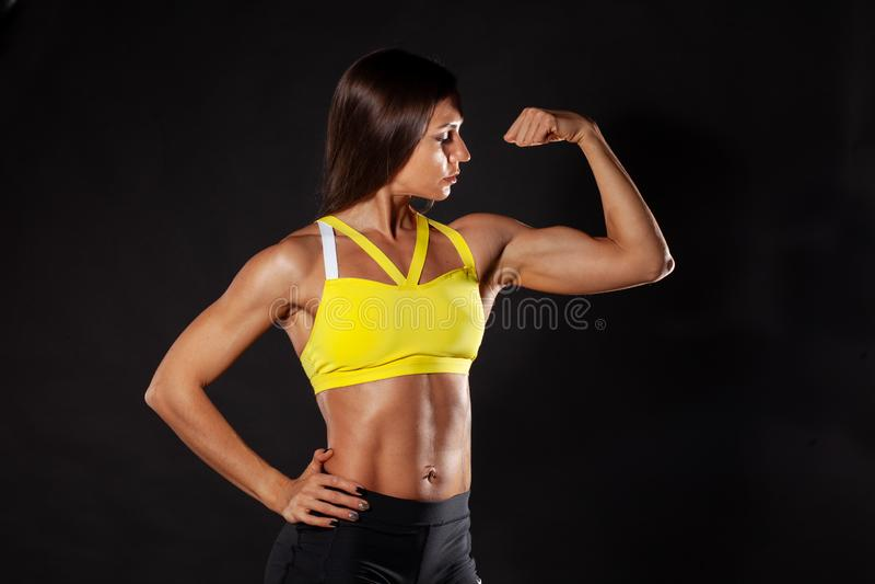 Exibição fêmea da aptidão seu bíceps fotos de stock royalty free