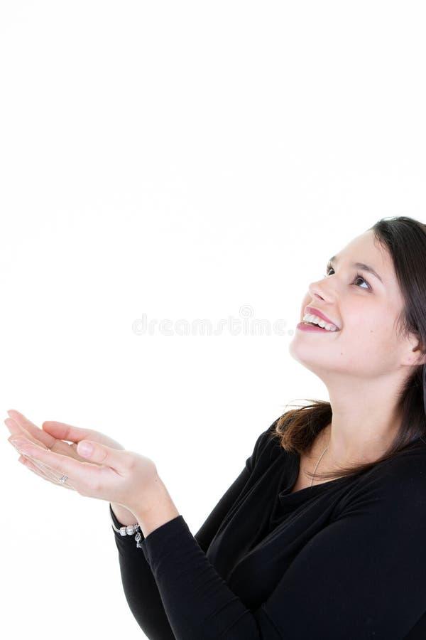 Exibição feliz da mulher que oferece algo com suas ambas as mãos fotos de stock