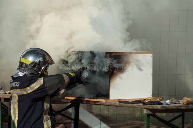 exibição francesa do bombeiro como extinguir um fogo fotos de stock royalty free