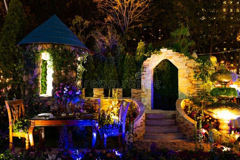 Exibição luxuosa do ajuste da tabela na opinião da noite de Hong Kong Flower Show fotografia de stock