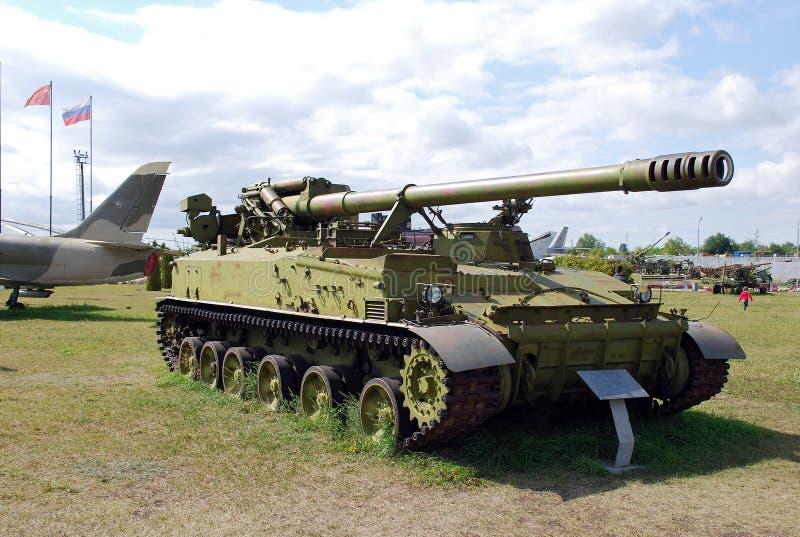 Exibição militar do exército soviético da arma automotora 2C5 do jacinto de 152 milímetros fotos de stock royalty free