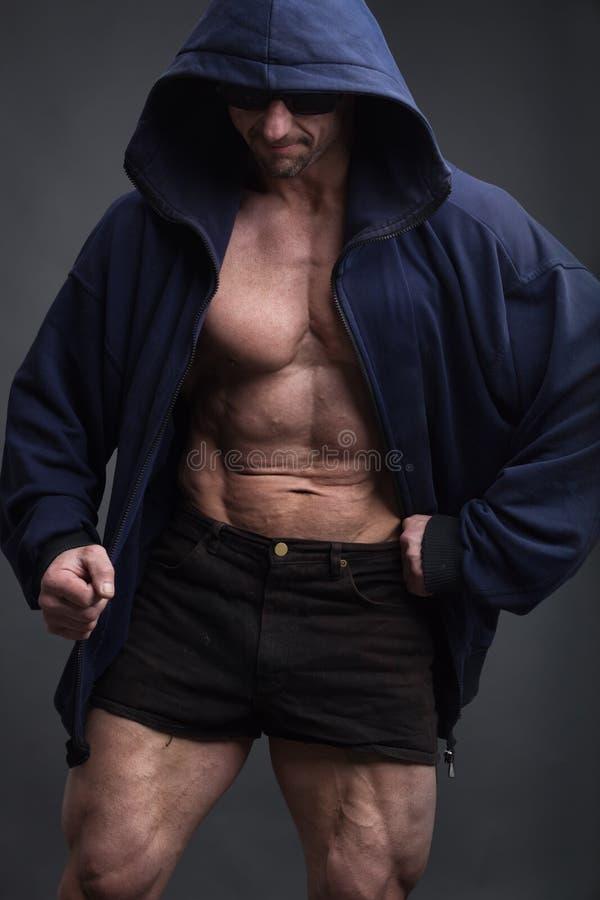 Exibição modelo da aptidão atlética forte do homem seis Abs do bloco imagem de stock