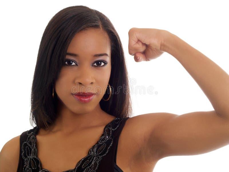 A exibição nova da mulher preta tonificou o retrato do bíceps imagens de stock