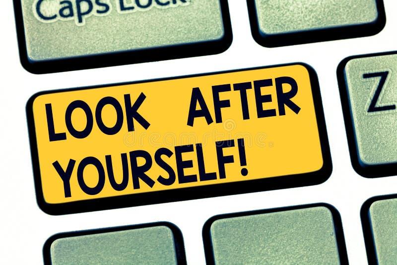 A exibição ocupa-se você mesmo do sinal do texto A foto conceptual toma a cuidado de você alguém ou algo tem a chave de teclado d foto de stock