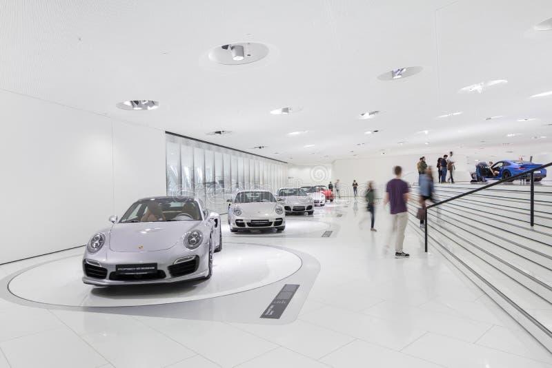 Exibições interiores do museu de Porsche fotografia de stock royalty free