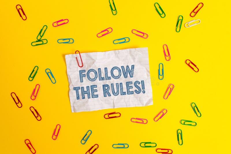 A exibi??o do sinal do texto segue as regras A foto conceptual vai com os regulamentos que governam a placa da conduta ou do proc fotos de stock