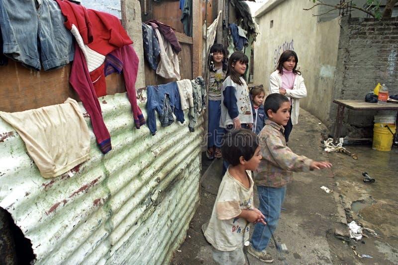 Existence pauvre des enfants argentins dans un taudis images libres de droits