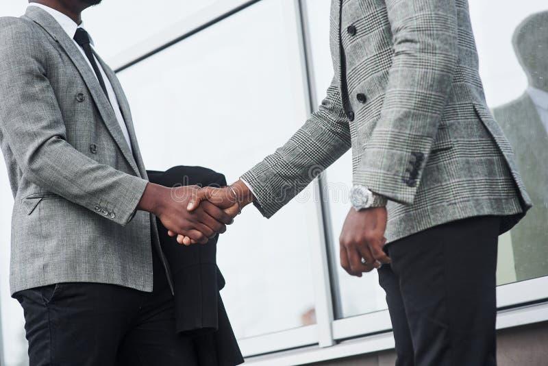 Exitosos hombres de negocios afroamericanos tras firmar el contrato fotos de archivo