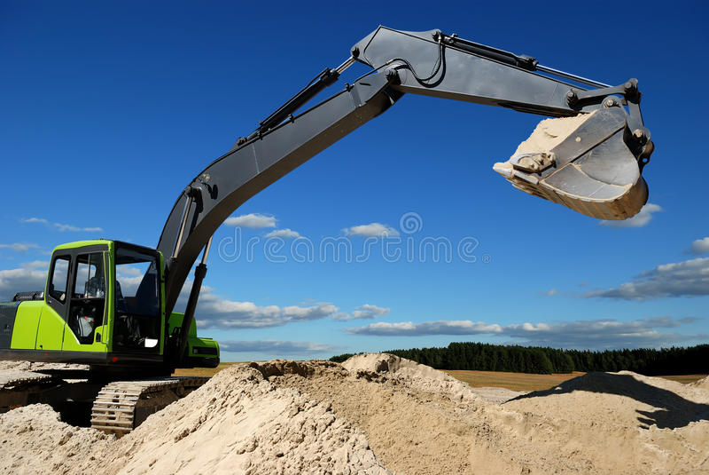 Exkavatorladevorrichtung im sandpit stockfotos