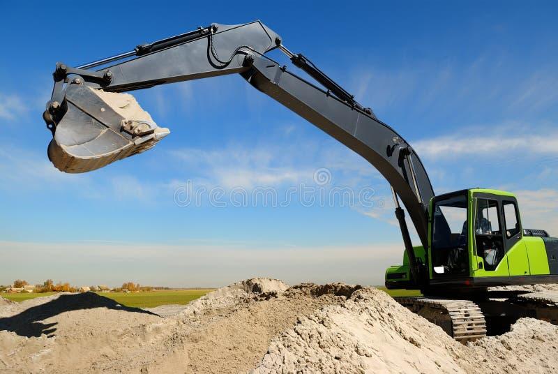 Exkavatorladevorrichtung im sandpit stockfotografie