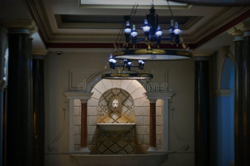 Exklusiv korridor med en springbrunn royaltyfri foto