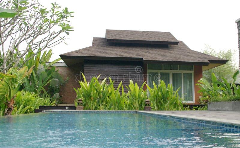Swimmingpool vor Erholungsortlandhaus stockfotos