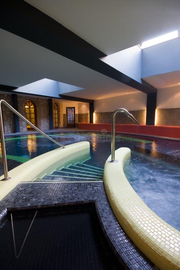 Exklusiver Swimmingpool lizenzfreie stockfotografie
