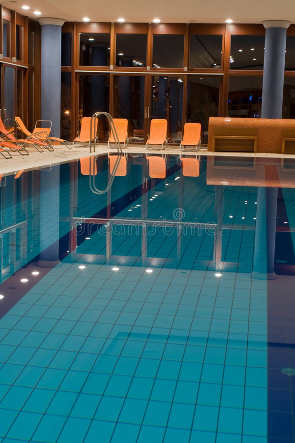 Exklusiver Swimmingpool lizenzfreie stockfotos