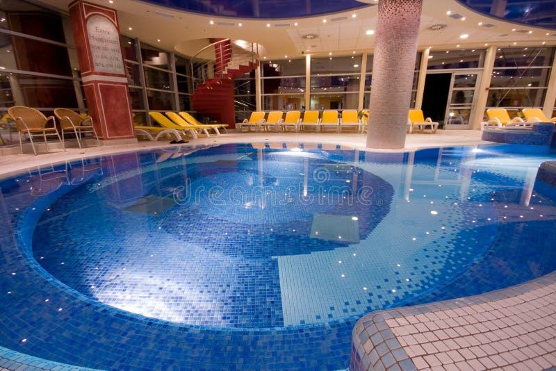 Exklusiver Swimmingpool stockbild