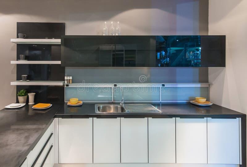 Exklusivt kök i ett modernt hem arkivbild