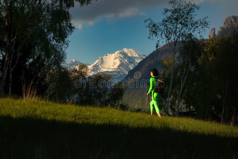Exkursion eines Mädchens auf ihren Selbst vom Ende des Tages mit den Sonnenuntergangfarben in den Bergen lizenzfreie stockfotografie