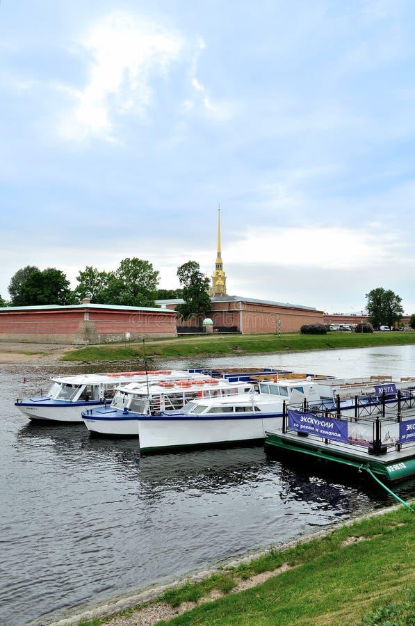 Exkursionsboote, die am Pier in Neva-Fluss nahe Peter- und Paul-Festung in St Petersburg, Russland stehen lizenzfreies stockbild