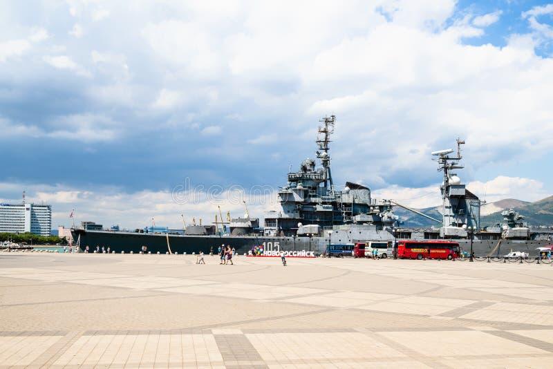 Exkursionsbusse nahe Erinnerungsschiff in Novorossiysk lizenzfreie stockfotos