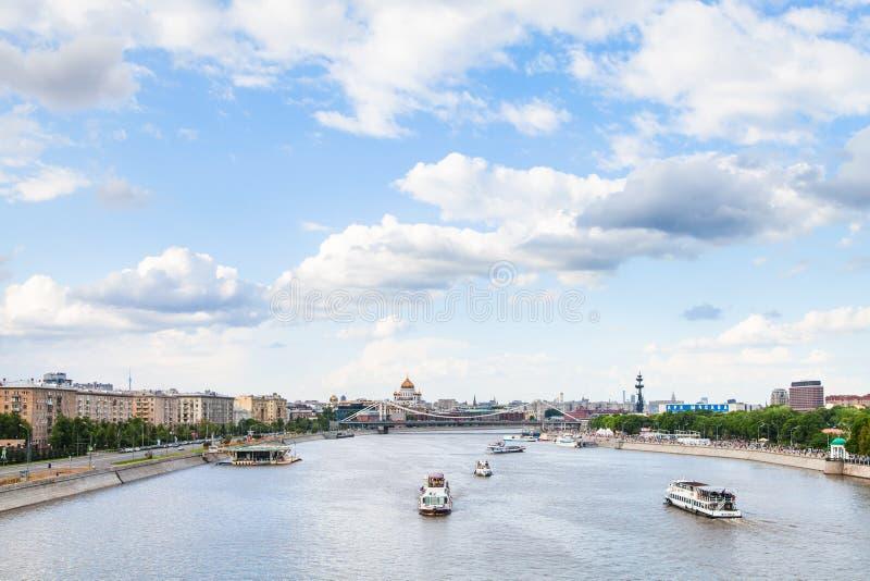 Exkursionsschiff in Moskva-Fluss nahe Krymsky-Brücke stockfotos