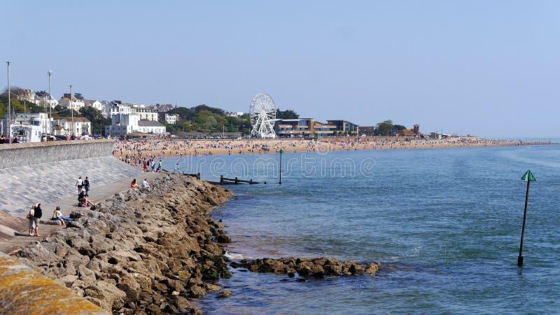 Exmouth 一个普遍的海滨胜地在德文郡 英格兰西南 人群聚集到海滩5月银行假日星期天2018年 免版税库存图片