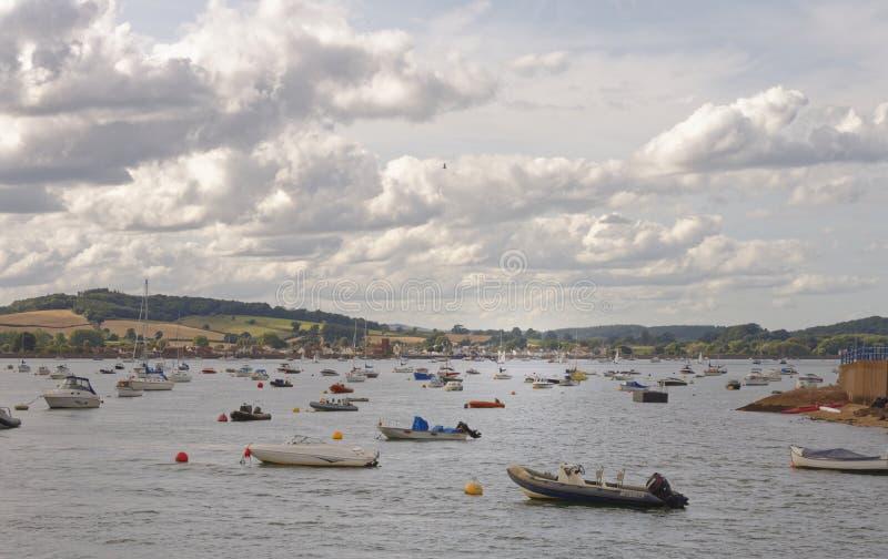 Exmouth, Devon: bassa marea e barche a vela Nubi fotografie stock