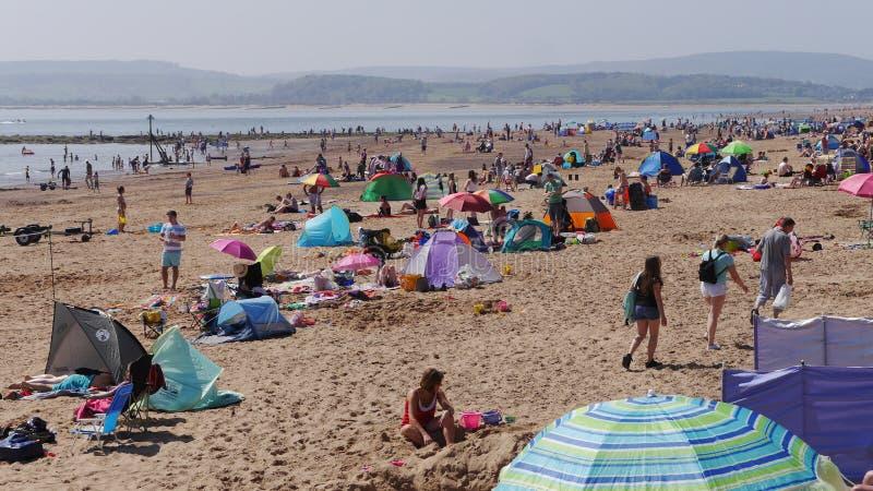 Exmouth Un balneario popular en Devon Inglaterra del oeste del sur Las muchedumbres se reúnen al festivo domingo 2018 de la playa fotografía de archivo