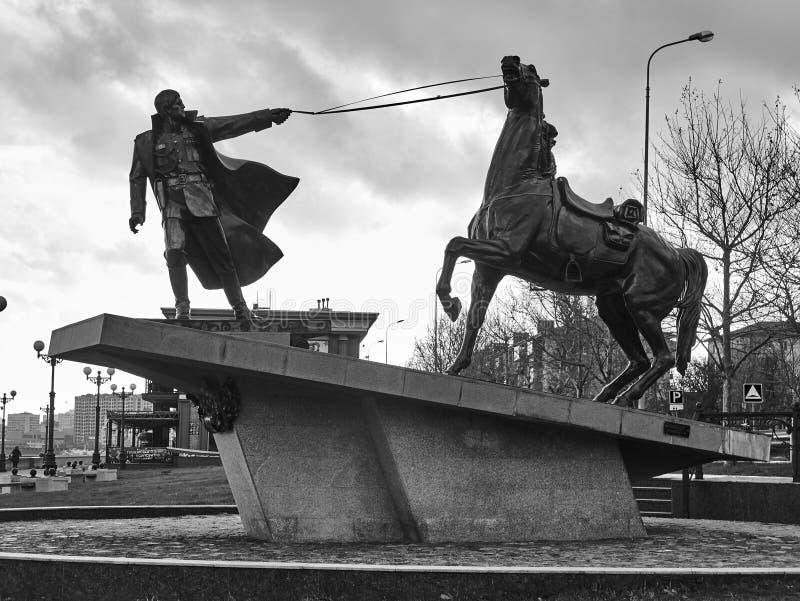Exodusu zabytek w Novorossiysk, Rosja Biały oficer i jego warhorse Był ku pamięci tamto zabijać w Cywilnej wojnie w N budowa obraz royalty free