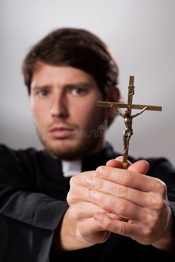 Exorcista con crucifijo fotos de archivo libres de regalías