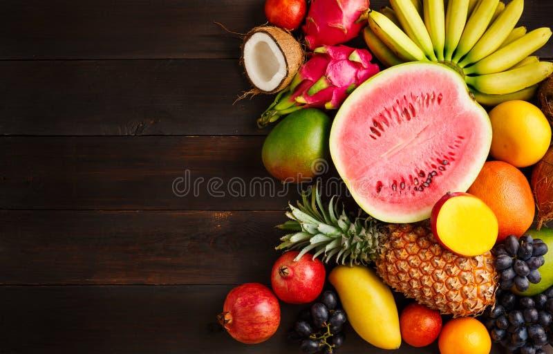Exotisch fruit op een houten achtergrond met exemplaarruimte stock foto