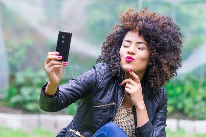 Exotisch mooi jong meisje die een selfie nemen stock afbeelding