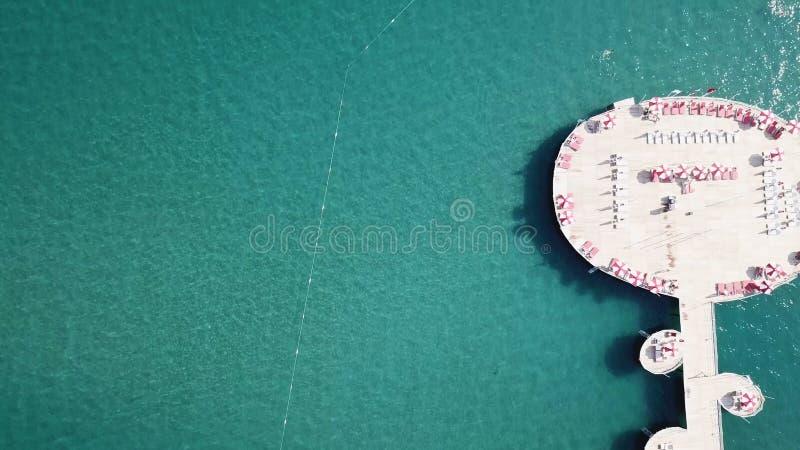 Exotisch restaurant op het water, de lijsten en de stoelen onder zon video Mooi tropisch de toevluchthotel en eiland van de Maldi stock afbeeldingen