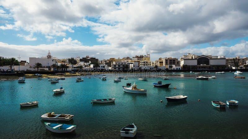 Exotisch strand naast een haven op één van de Canarische Eilanden stock fotografie