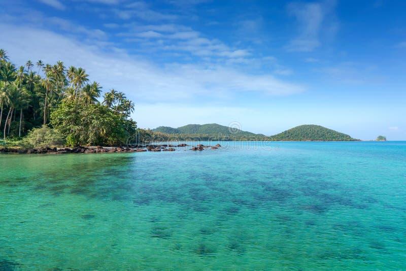 Exotisch tropisch strandlandschap voor achtergrond of behang Ontwerp van toerisme voor de bestemming van de de reisvakantie van d royalty-vrije stock fotografie